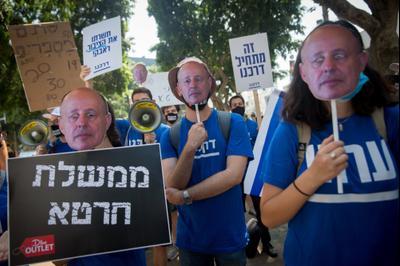 מפגינים נגד צחי הנגבי דמוקרטTV