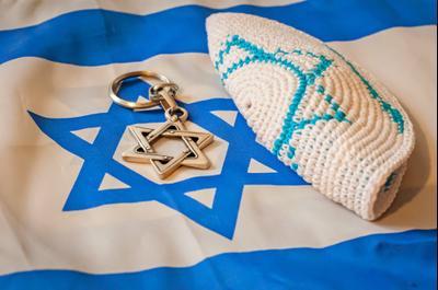 Кипа и Звезда Давида на развернутом флаге Израиля