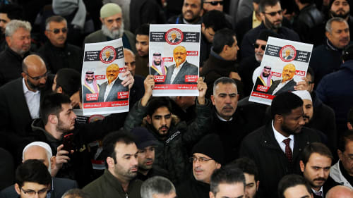 אנשים מחזיקים בתמונותו של העיתונאי הסעודי ג'מאל חאשוקג'י במהלך הלוויה סימבולית בחצר מסגד באיסטנבול, טורקיה 16 בנובמברר 2018. רויטרס