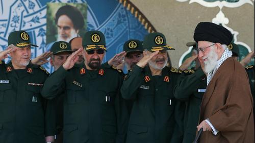 המנהיג העליון של איראן עלי חמינאי חולף על פני חוסיין סלאמי בטקס בטהראן, 20 במאי 2015