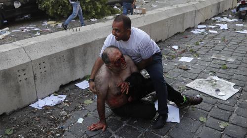 פינוי פצוע מזירת הפיצוץ העז בנמל בביירות, לבנון 4 באוגוסט 2020