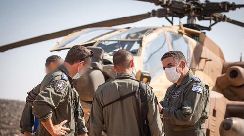 מפקד חיל האוויר האלוף, עמיקם ברקע מסוק אפאצ'י 30 באוקטובר 2020