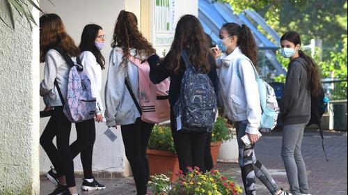 תלמידים חוזרים ללימודים, חטיבת ביניים השרון, רעננה, 6 בדצמבר 2020. ראובן קסטרו