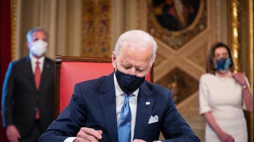 """נשיא ארה""""ב, ג'ו ביידן חותם על  צווי חנינה עם כניסתו לתפקיד 20 בינואר 2021. רויטרס"""