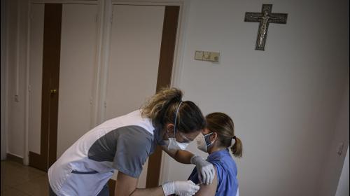חברת צוות רפואי מתחסנת בבית חולים במפפלונה, צפון ספרד, 20 בינואר 2021. AP