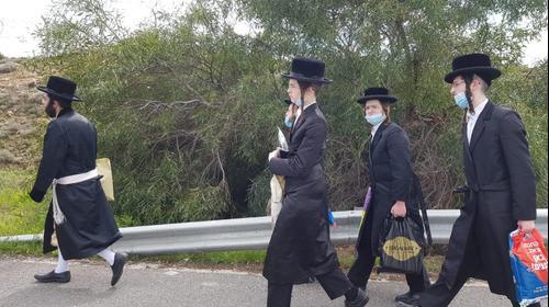 חרדים שהורדו מאוטובוסים על ידי המשטרה בכביש 443 מנסים את מזלם בטרמפים ובהליכה רגלית בדרכם לירושלים. משה ראובן מירקין, TPS