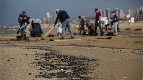 ישראלים מנקים את החופים מזיהום הזפת ליד חיפה, 25 בפברואר 2021. Amir Levy, GettyImages