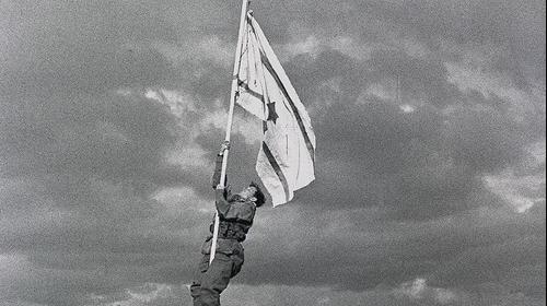 מבצע עובדה - הנפת דגל הדיו באום רשרש - אילת ב-1949. ויקיפדיה, צילום מסך