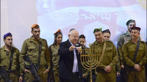 Президент Израиля Реувен Ривлин зажигает ханукальную свечу. GPO Mark Neyman, אתר רשמי