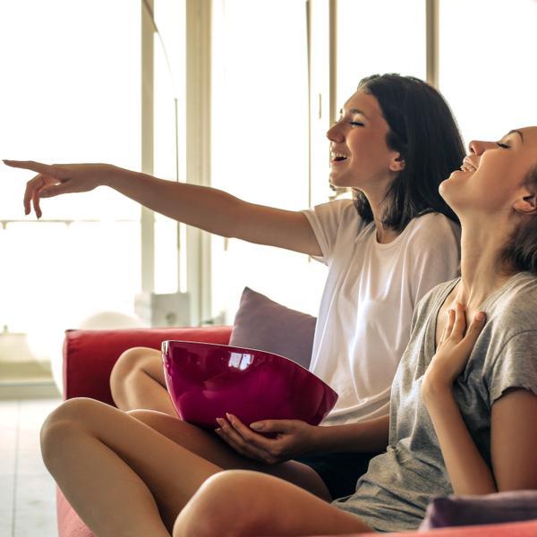 שתי בחורות צעירות צופות בטלוויזיה