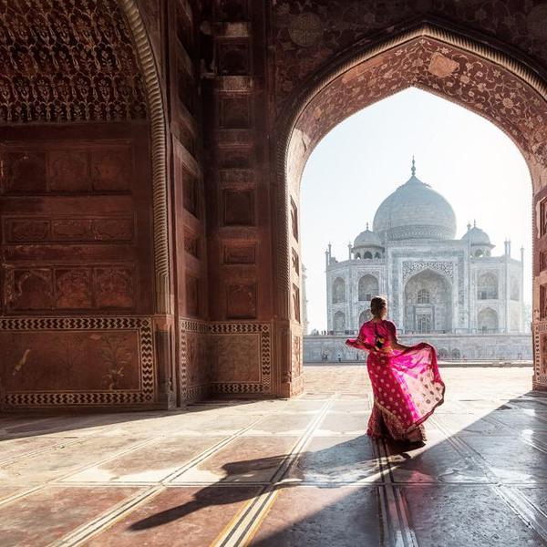 אישה הודית על רקע הטאג' מהאל, אגרה, הודו