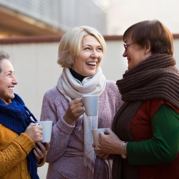 שלוש נשים זקנות משוחחות. ShutterStock