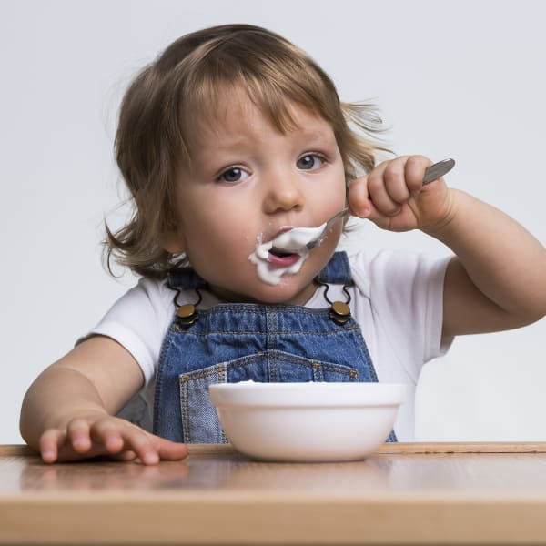 ילד אוכל יוגורט. ShutterStock