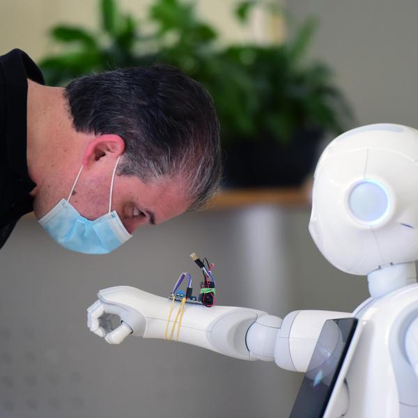 הדגמה של רובוט מודד חום בצל התפשטות נגיף הקורונה, איטליה, אוגוסט 2020