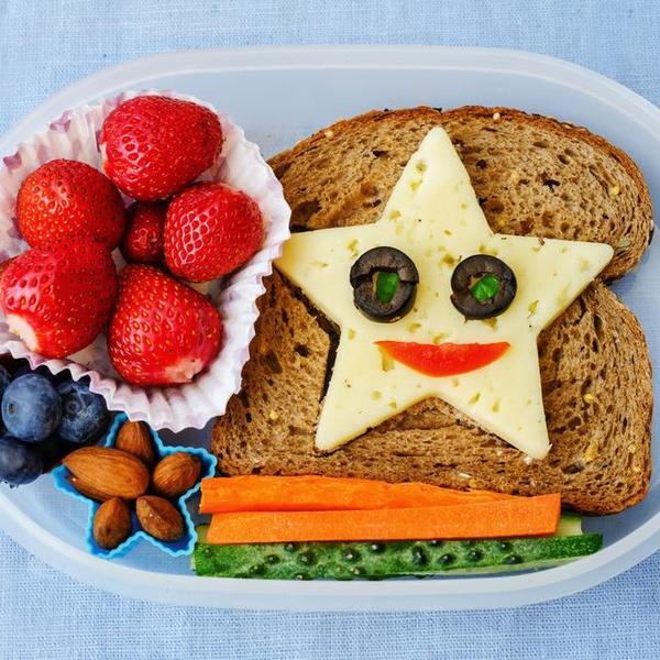 קופסת אוכל עם ארוחה לילדים. ShutterStock