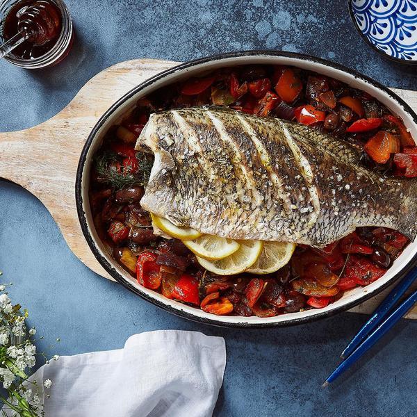 דגים בסגנון יווני של הלן הוד. צלם : אפיק גבאי,  סטיילינג : נעה קנריק,