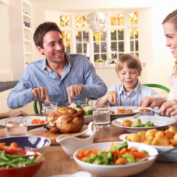 ארוחת ערב משפחתית בריאה. ShutterStock