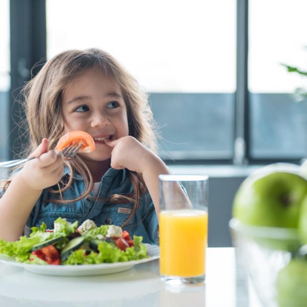 ילדה אוכלת בשולחן לבדה. ShutterStock