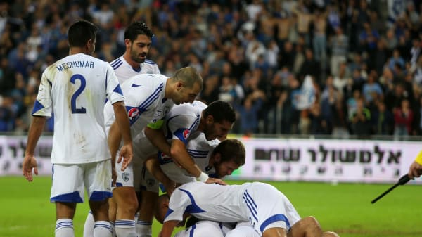 שחקני נבחרת ישראל חוגגים