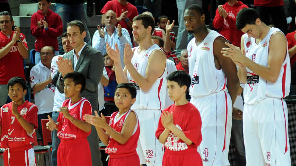 מאמן הפועל תל אביב, עודד קטש ושחקני הקבוצה במהלך הטקס לאורי שלף