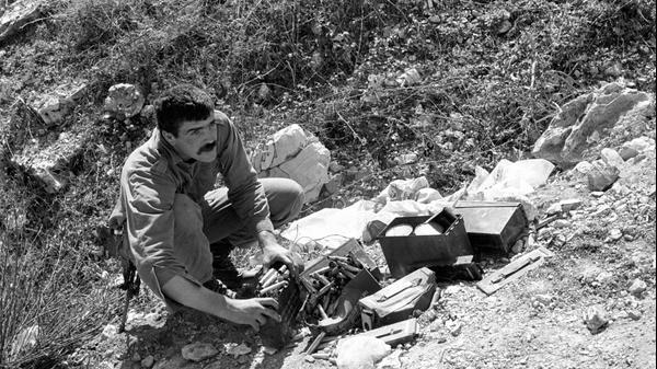 24.2.1988 חייל מפנה ארגזי תחמושת ביציאה מלבנון