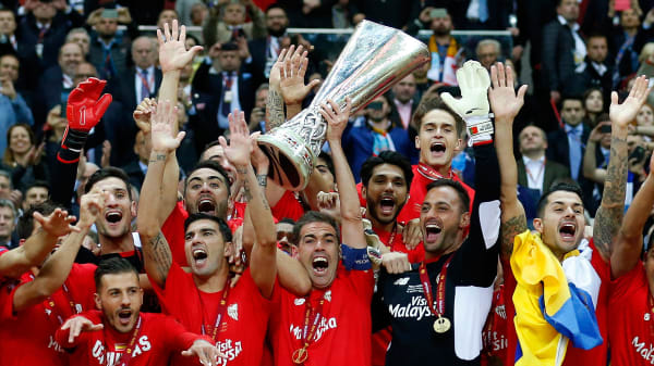 פרננדו נבארו שחקן סביליה מניף את גביע הליגה האירופית