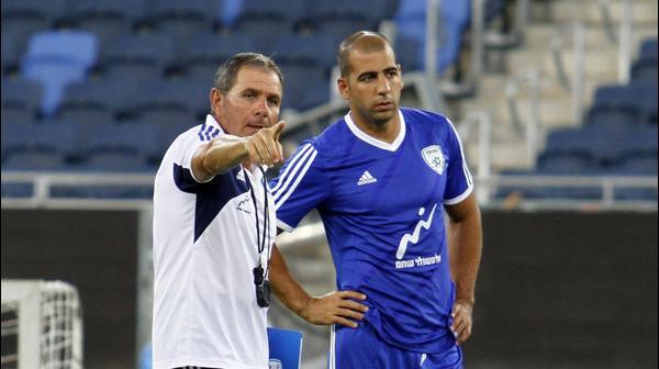 קפטן נבחרת ישראל טל בן חיים עם המאמן אלי גוטמן