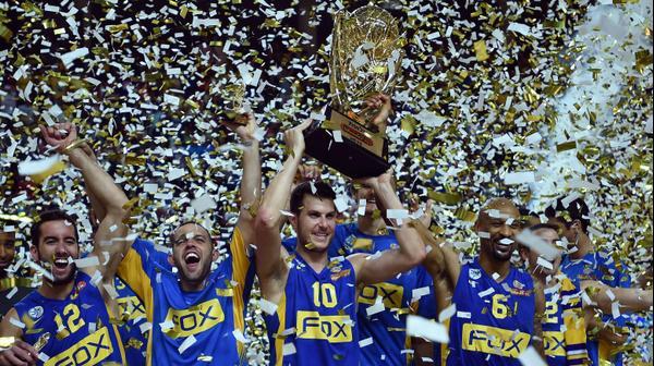 גיא פניני קפטן מכבי תל אביב מניף את גביע ווינר