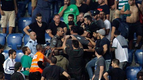 אוהדי מכבי חיפה מתקוטטים ביציע, השוטרים מפרידים