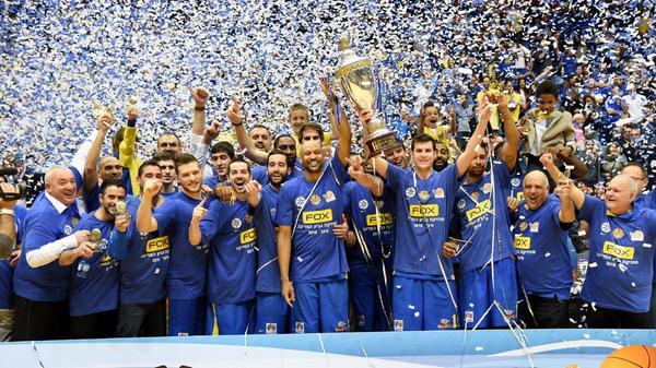 שחקני מכבי תל אביב מניפים את גביע המדינה