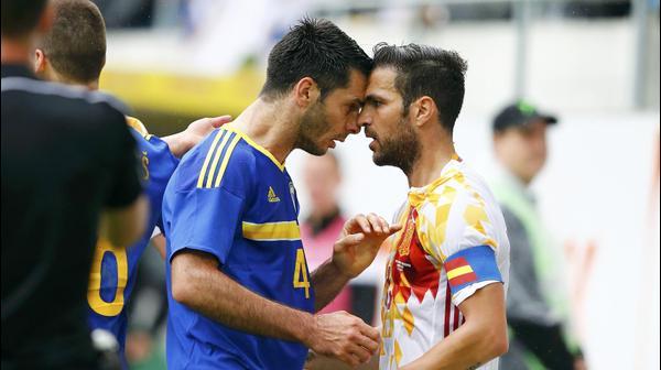 שחקן נבחרת ספרד ססק פברגאס מול שחקן בוסניה אמיר ספאחיץ'