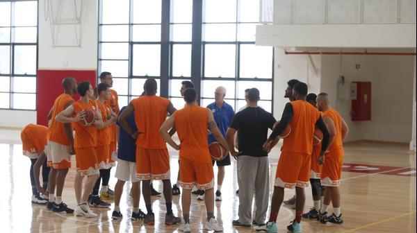שחקני מכבי ראשון לציון עם המאמן אריק שיבק