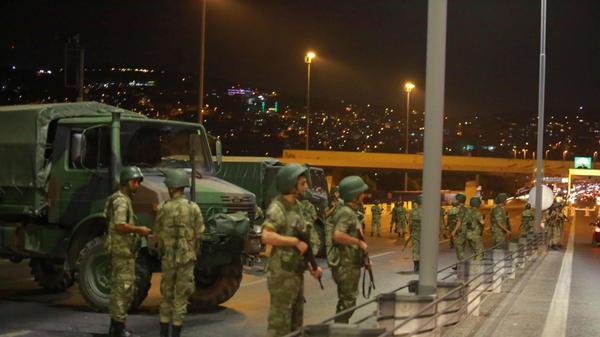 אנשי צבא טורקים חוסמים את הגישה לגשר הבוספרוס  - איסטנבול