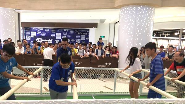 הפנינג כדורגל בסין עם ערן זהבי