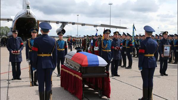 ארונו של חייל רוסי שנהרג בסוריה במשמר כבוד בנמל תעופה במוסקבה, 5 במאי 2016