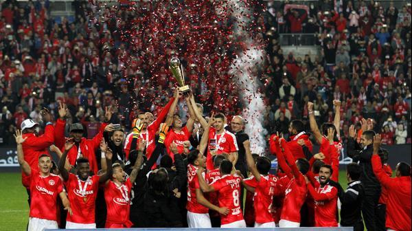 שחקני הפועל באר שבע מניפים את גביע הטוטו
