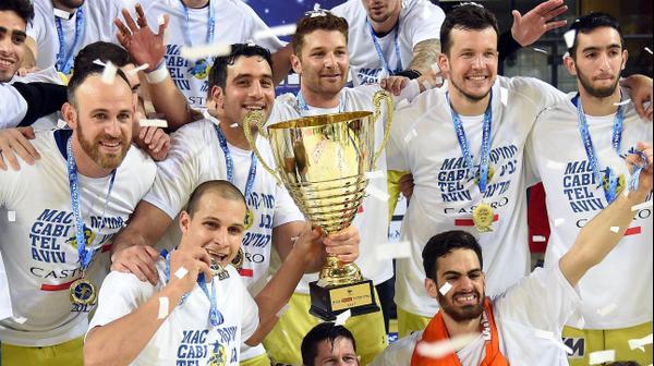 שחקני מכבי תל אביב בכדוריד עם גביע המדינה