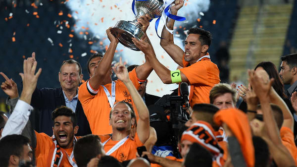 איציק עזוז, פדרו גלבאן שחקני בני יהודה מניפים את גביע המדינה