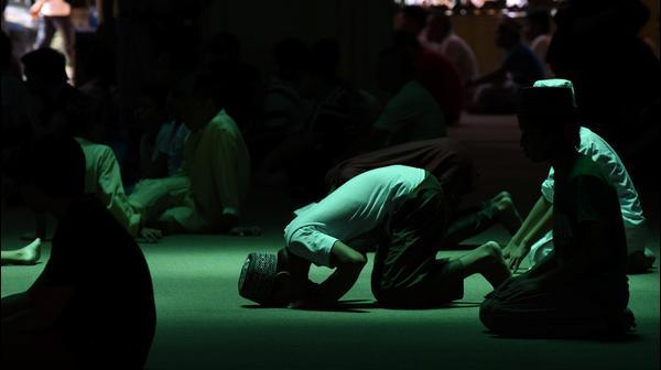 תפילה במסגד המוזהב יום לפני רמדאן, מנילה, הפיליפינים, 26 במאי 2017
