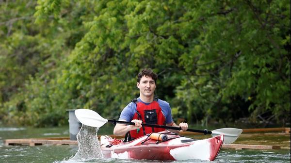 אש ממשלת קנדה, ג'סטין  טרודו משיט קייק להעלאת המודעות 6 ביוני 2017
