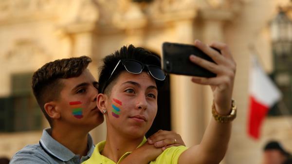 אזרחים חוגגים אישור נישואי זוגות חד-מיניים, ולטה, מלטה, 12 ביולי 2017