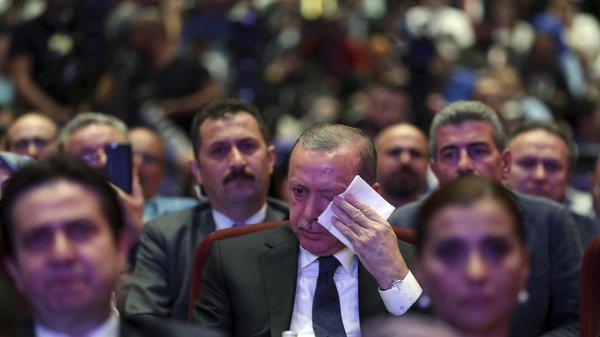 נשיא טורקיה רג'פ טייפ ארדואן בוכה בטקס לציון שנה לניסיון ההפיכה הכושל, אנקרה, 13 ביולי 2017