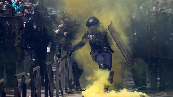 """הפגנות """"האפודים הצהובים"""" בפריז, צרפת"""