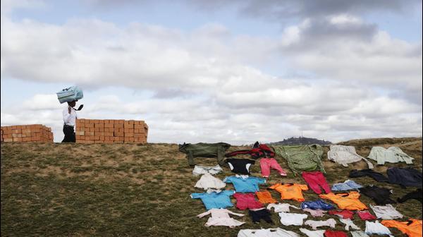 בגדים מונחים לייבוש על האדמה באנטננריבו, מדגסקר, יום ראשון, 8 בספטמבר, 2019.