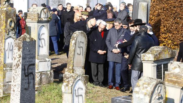 שר הפנים הצרפתי קסטנר עם הרב הראשי ווייל ליד קברים שחוללו בצלבי קרס בווסטהופן צרפת