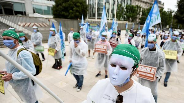 עובדי המגזר הרפואי באיטליה מפגינים בדרישה לעזרה כספית נוספת מצד הממשלה