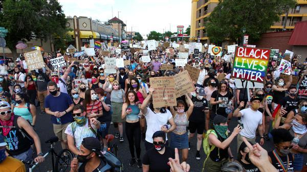 """הפגנת קהילת הלהט""""ב בדנבר קולורדו במחאה על מותו של ג'ורג' פלויד"""