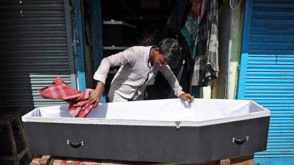 הכנת ארון קבורה למכירה בכלכותא, הודו