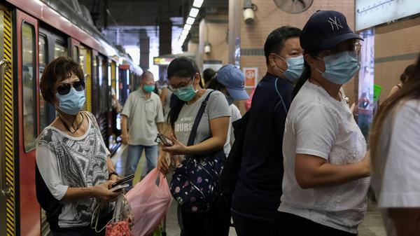 עוטים מסכה , בתחנת הרכבת הקלה של הונג קונג