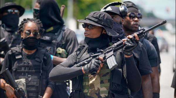 """מיליציית NFAC במהלך עצרת חמושה בלואיוויל, קנטקי, ארה""""ב, 25 ביולי 2020"""